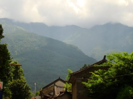 Dali lies at an altitude of 1900m with a backdrop of the 4000m Cang Shan (Jade Green Mountains.)